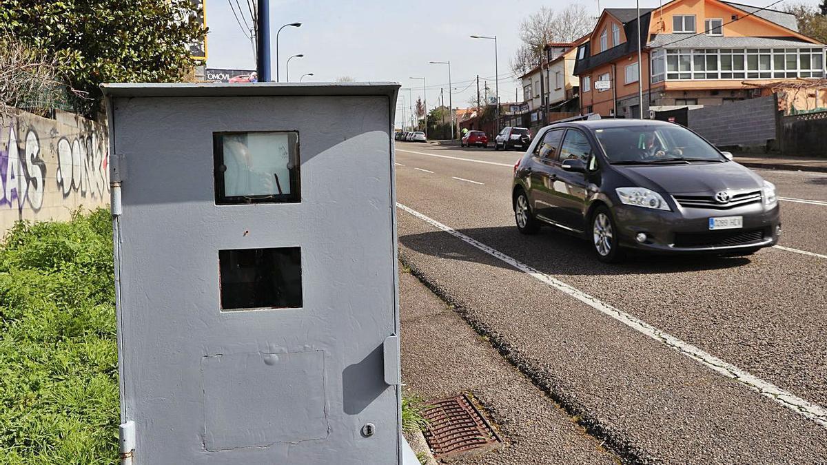 Cabina de radar en una carretera gallega. |   // RICARDO GROBAS