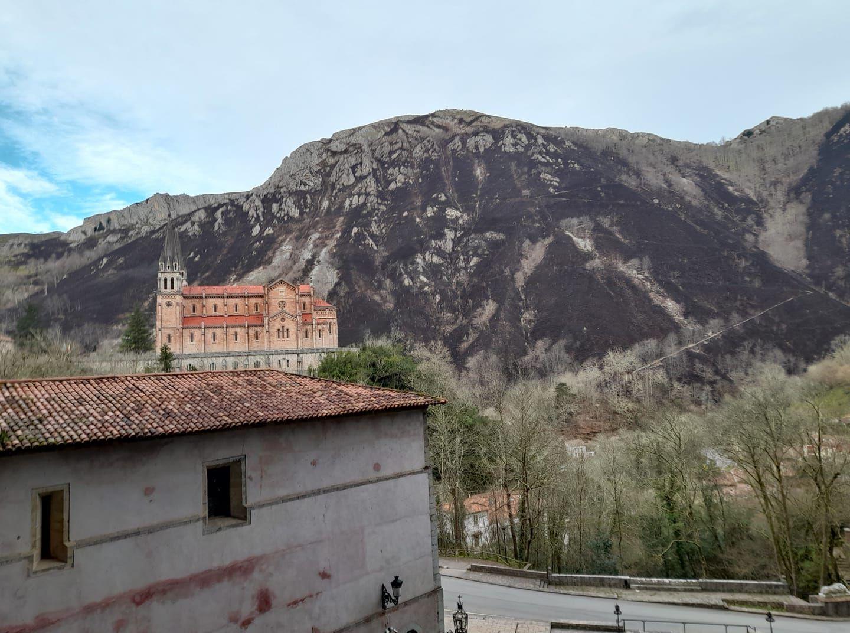 Vista de Covadonga tras la quema de parte del monte Priena