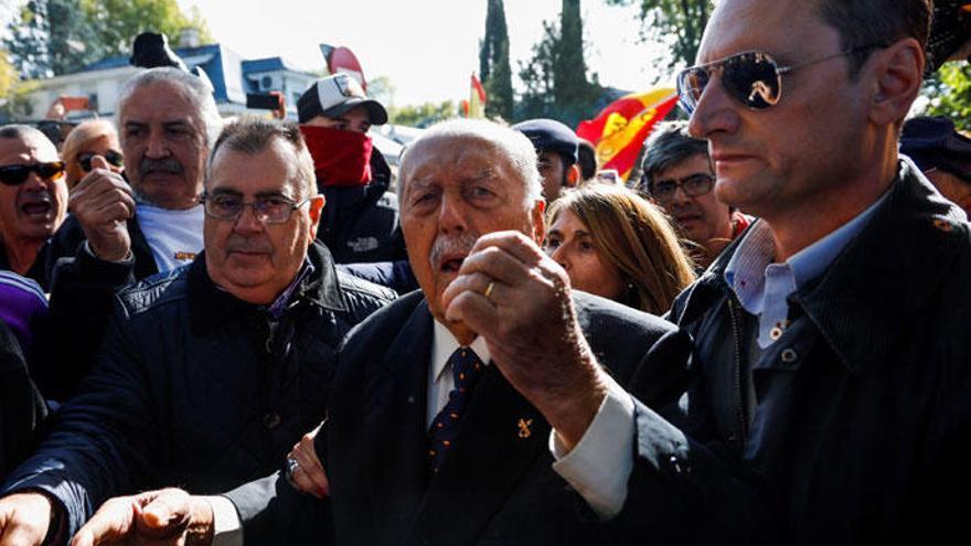 Agreden a una periodista de Antena 3 durante la exhumación de Franco