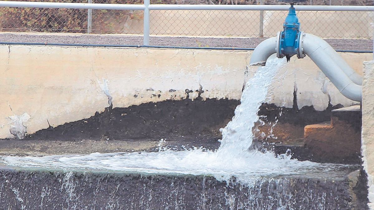 Embalse en el Valle de Aridane recibiendo agua.