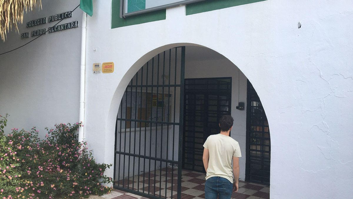 Un vecino accede a un colegio de San Pedro Alcántara
