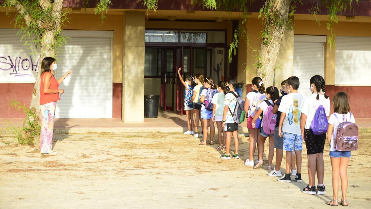 Alumnos de un colegio de Cartagena, momentos antes de entrar a clase