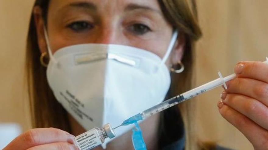 Sanidad estudia poner una segunda dosis a los vacunados con Janssen