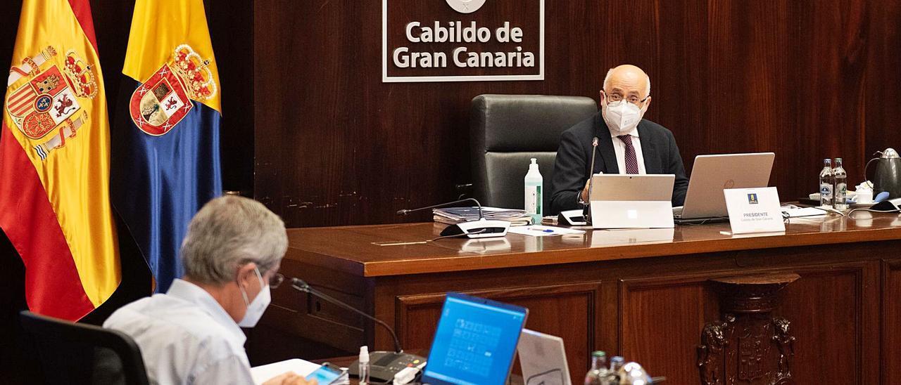 Marco Aurelio Pérez, de espaldas en primer término, y el presidente Antonio Morales, en el Pleno del Cabildo del pasado viernes.