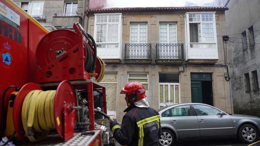 Arde la cubierta de una vivienda en la calle Observatorio de Lalín