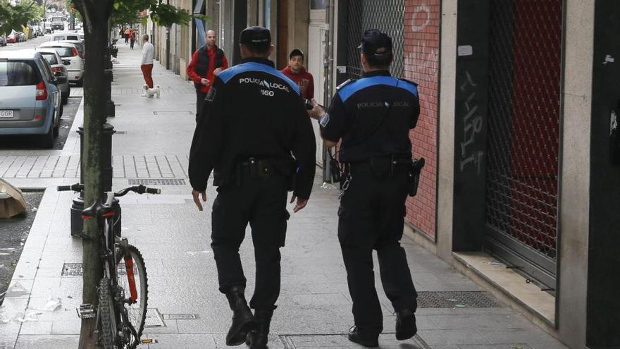 Golpea y azuza a su perro contra un policía de Vigo tras huir de un accidente