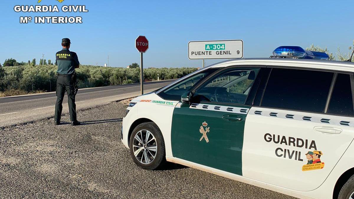 Dos agentes de la Guardia Civil, en las proximidades del pueblo.