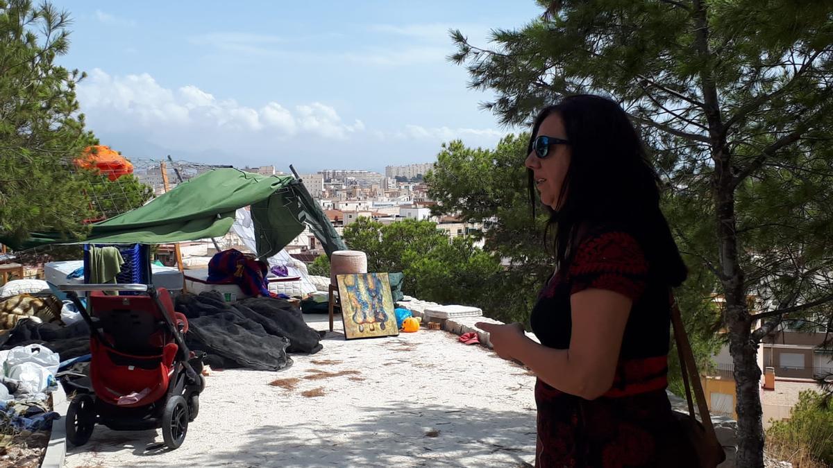 La edil socialista Lola Vílchez en un asentamiento de personas sin hogar en la ciudad de Alicante.