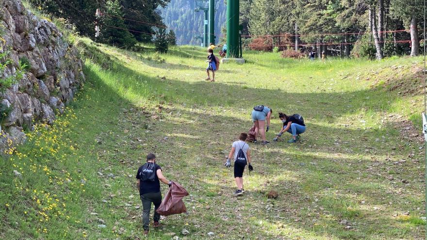 Un centenar de persones recullen residus a la Molina