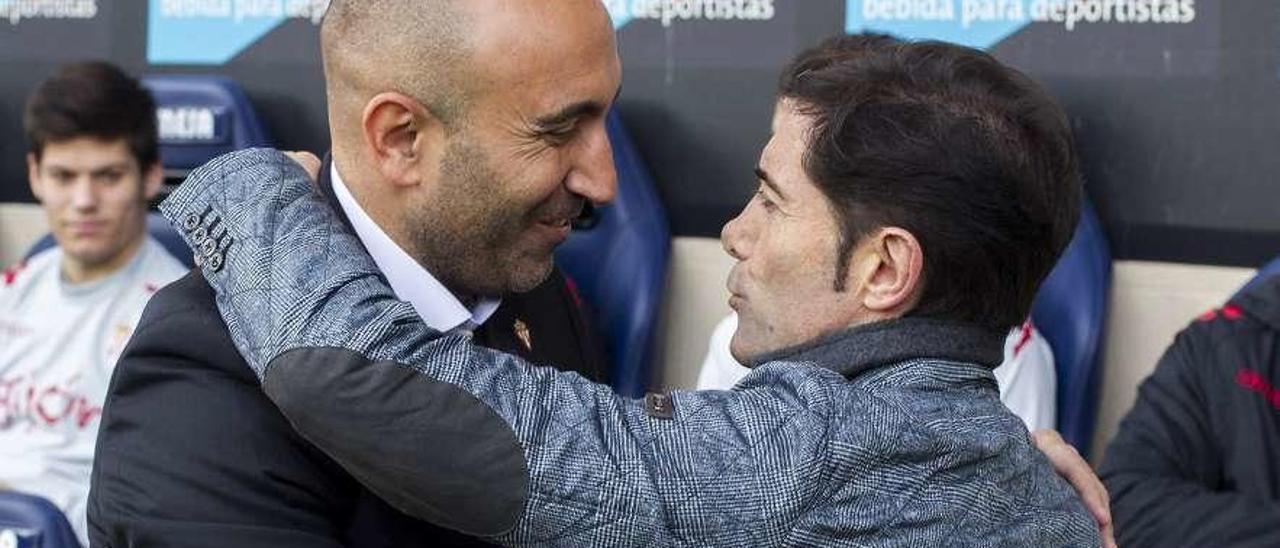 Abelardo y Marcelino se saludan antes de un Villarreal-Sporting de la temporada 2015-16.