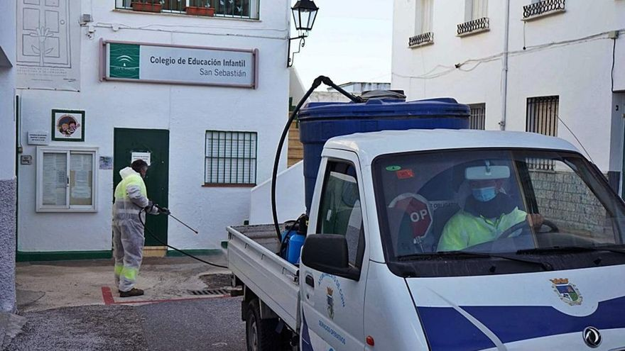Los ayuntamientos vuelven a reforzar la desinfección de calles y centros públicos