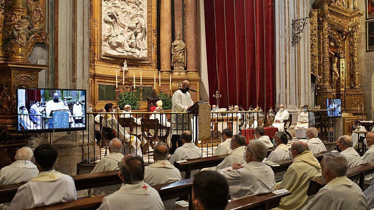 Sacerdotes durante una celebración en la Catedral de Zamora.