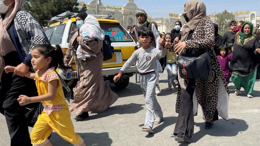 Caos en el aeropuerto de Kabul, con miles de personas tratando de dejar el país