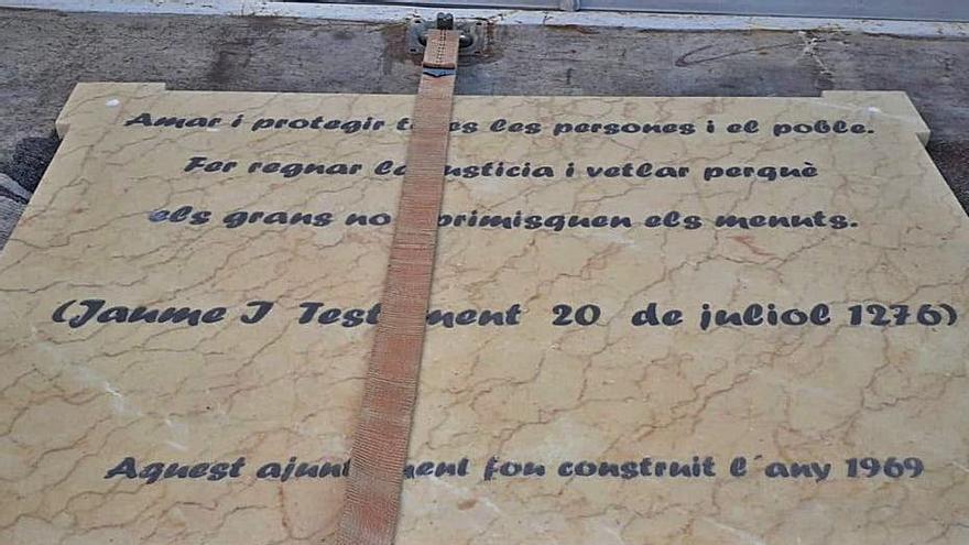 Manuel recicla una placa franquista que estuvo 40 años en el consistorio