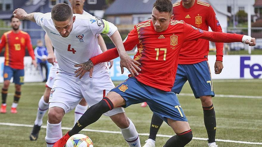 Iago Aspas lucha por un balón en su último partido con la selección, ante Islas Feroe, en 2019. |  // EFE