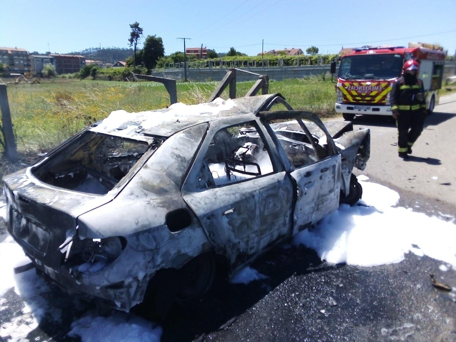 Arde un coche tras una colisión en Sanxenxo