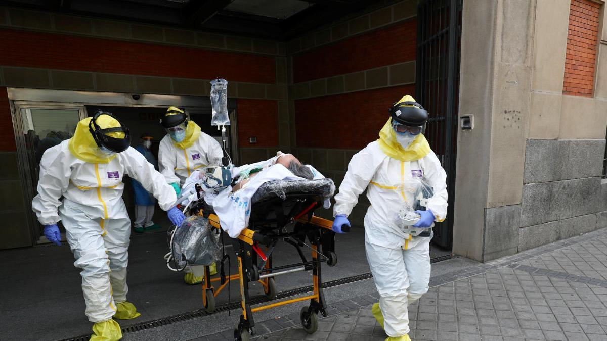 Miembros del Summa en Madrid trasladan a un paciente.