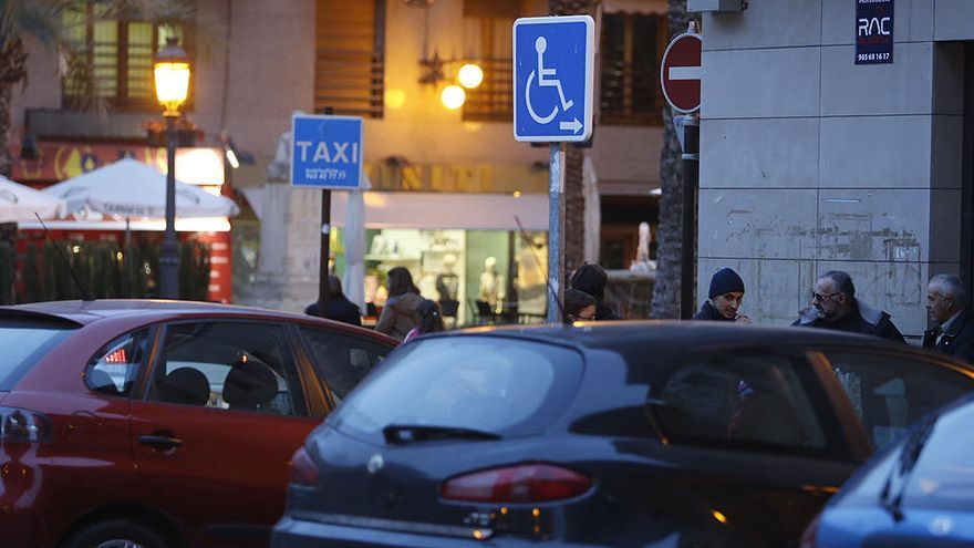 La DGT descarta quitar puntos del carné por estacionar en plazas para personas con discapacidad
