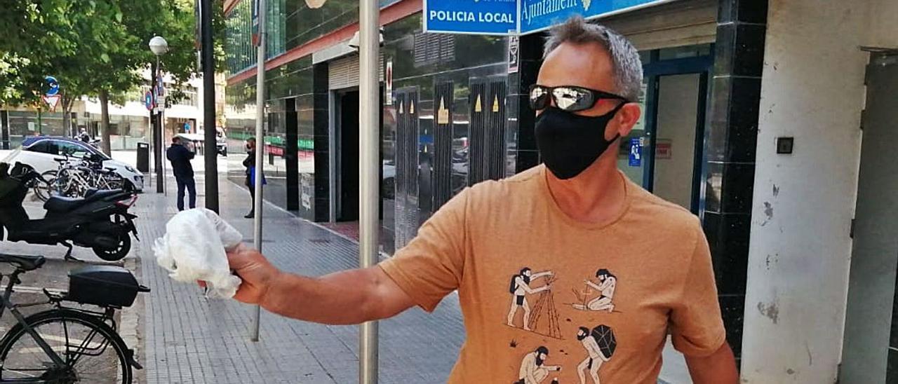 Francisco muestra el paquete con el dinero, poco antes de entregarlo a la Policía. | X.P.