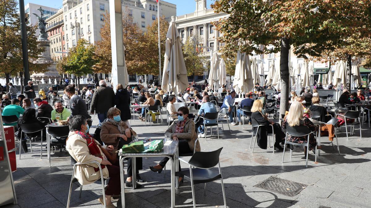 Varias personas toman algo en las terrazas del centro de Zaragoza.