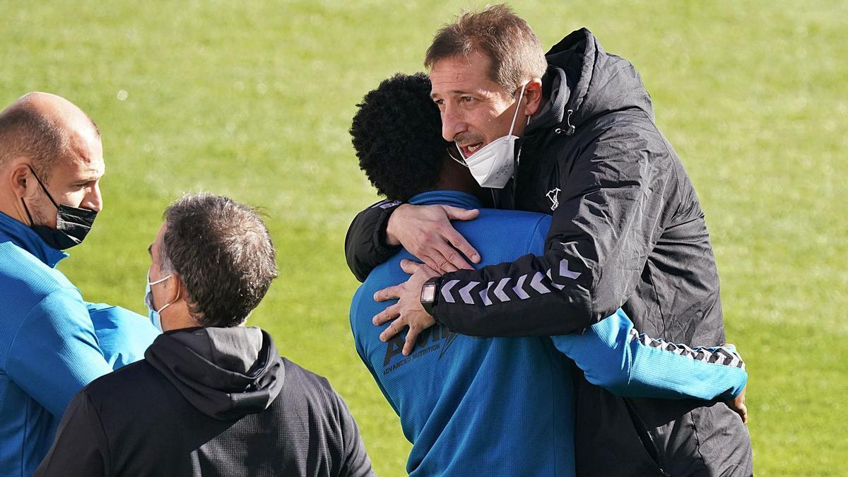 Luis Miguel Ramis, saludando a jugadores y técnicos del Albacete, club en el que trabajó durante una temporada y media. | | LOF
