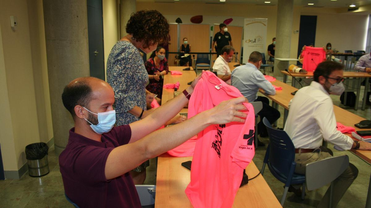 Los concejales asistentes al Pleno han recibido una camiseta de los Juegos.