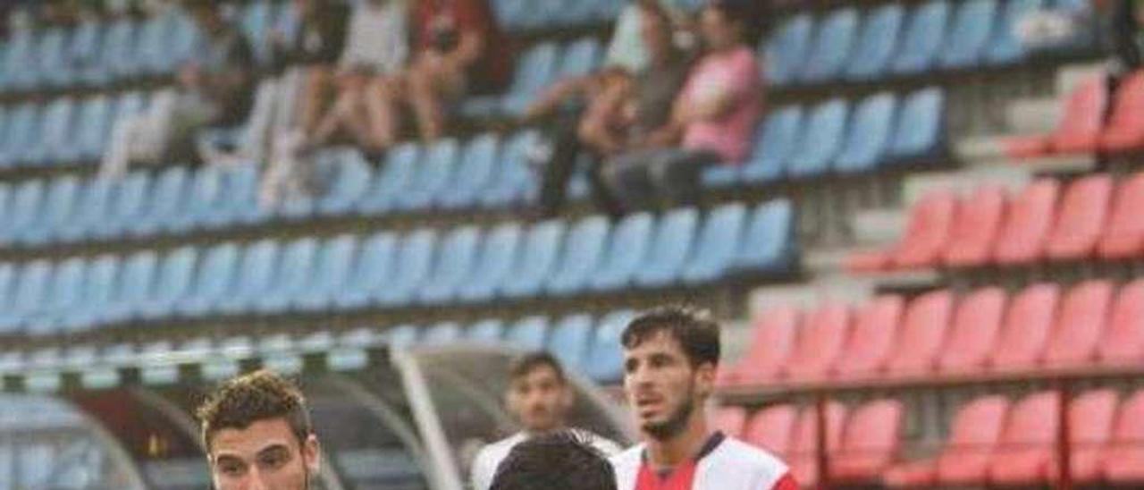 Un jugador del Alondras, durante la visita al Ourense CF. // FDV