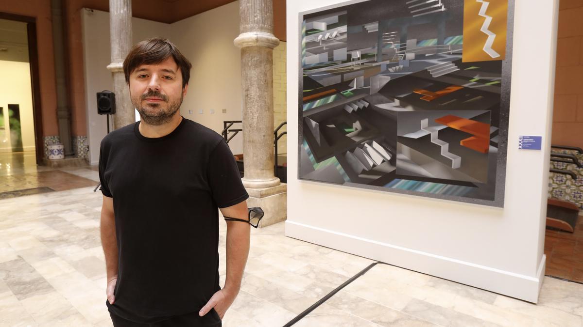 Fernando Romero, ganador del premio, con su obra 'Colonia exoplaneta kepler 80 g. Año 2243'.