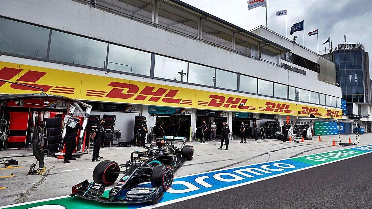 El coche de Hamilton sale de los talleres durante la calificación de ayer.