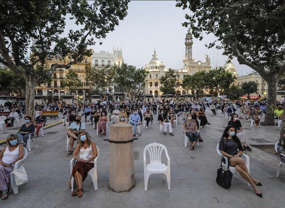 Homenaje a las víctimas del COVID en la plaza del ayuntamiento