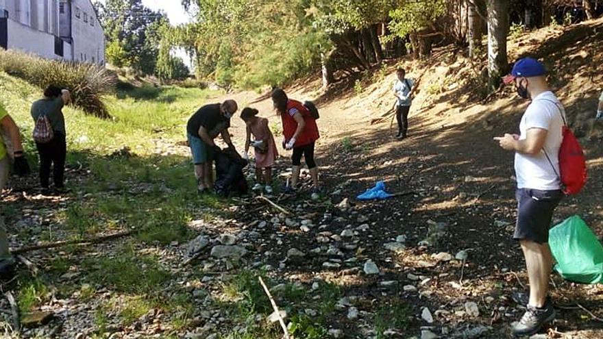 Un grupo de voluntarios limpia de 'basuraleza' el cauce del río Frasno