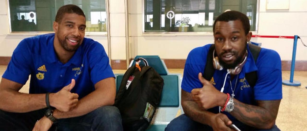 Richard Hendrix -izq.- y Bo McCalebb -der.-, ayer en el aeropuerto de Madrid y camino de Skopje, donde jugarán hoy.