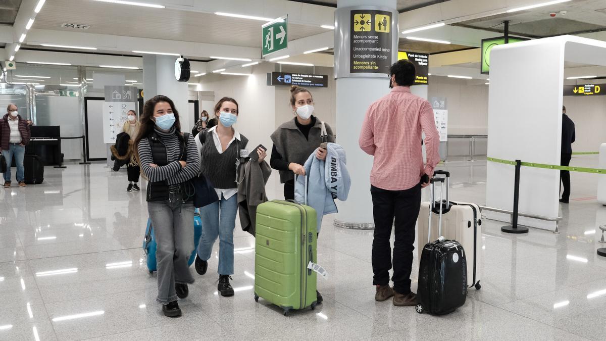 Un dispositivo de controles de PCR en el aeropuerto de Palma de Mallorca.