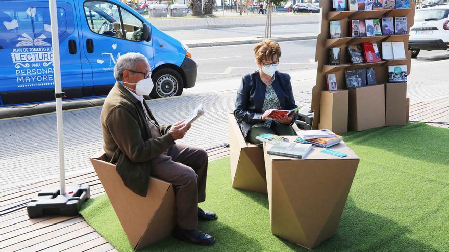 La biblioteca móvil de la Diputación de Málaga recorrerá 16 municipios esta semana para fomentar la lectura entre mayores