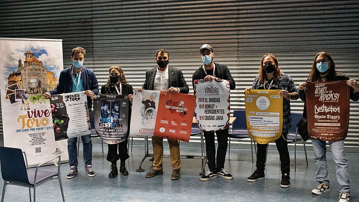 Autoridades locales y promotores de los festivales presentan los carteles promocionales. | Emilio Fraile