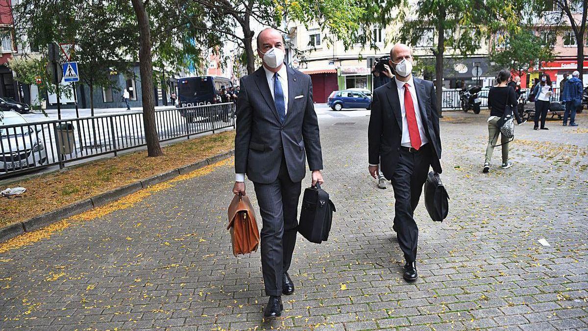 Los abogados de los Franco, Luis Utrera Molina (izq.) y Antonio Gil, a la entrada del juzgado.