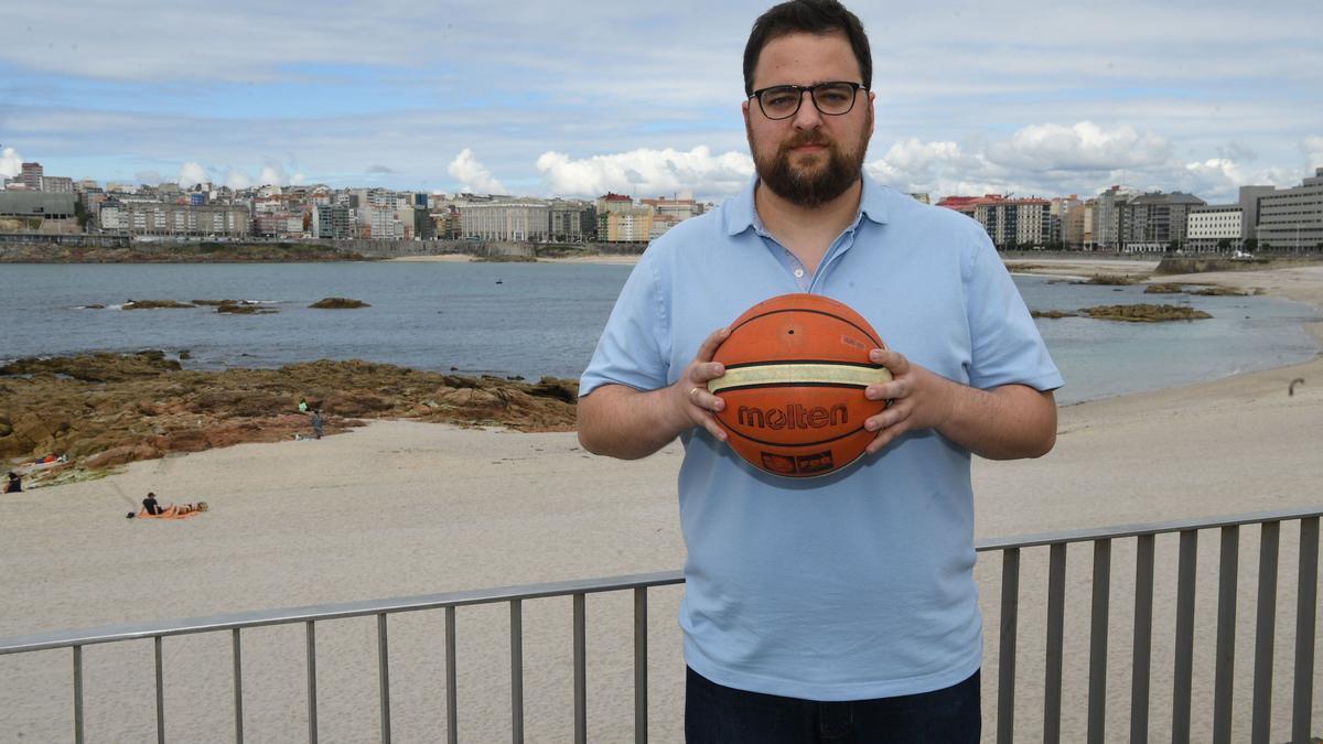 El técnico del Leyma, Sergio García, en el paseo marítimo de A Coruña.