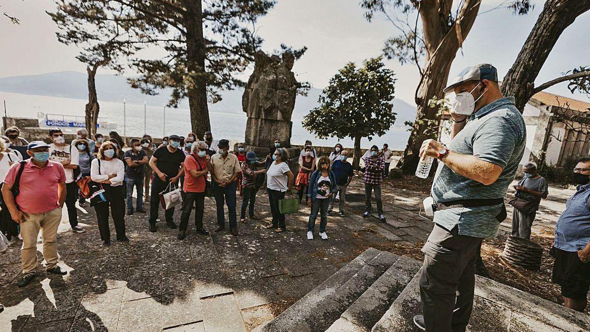 Matías Rodríguez da Torre durante el recorrido realizado por la isla de San Simón, con visitas a los edificos más relevantes.