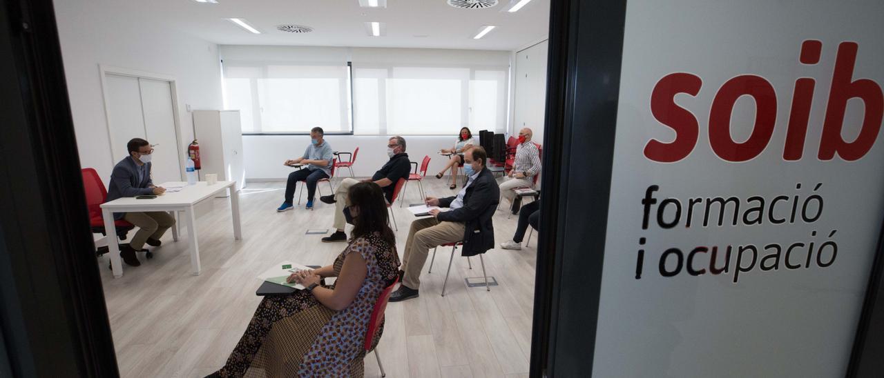 Un grupo de ciudadanos durante una reunión en la sede del SOIB de Ibiza, en una imagen de archivo..