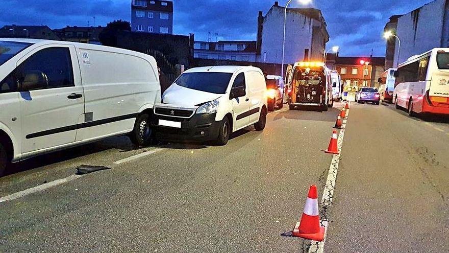 Un vigués resulta herido tras colisionar con un furgón aparcado en la Avenida do Salnés