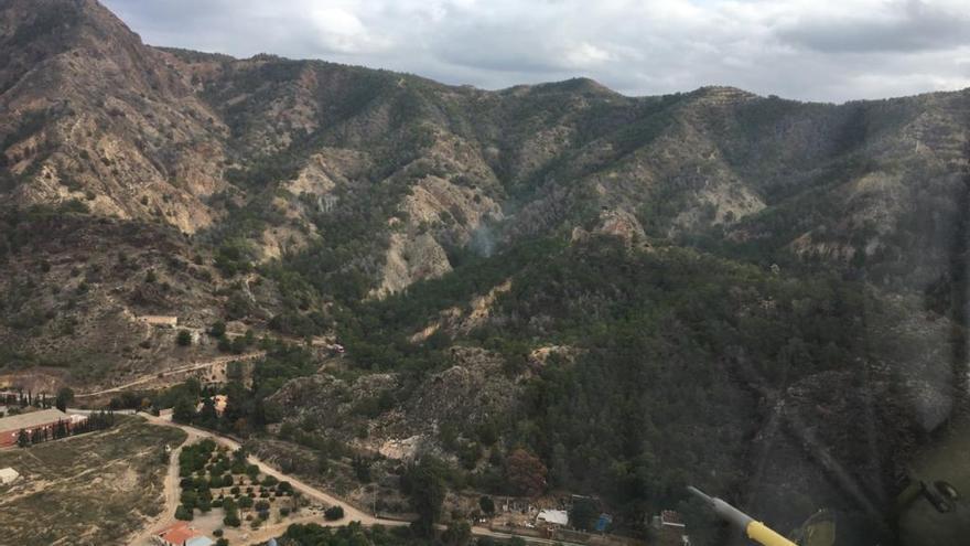 Un helicóptero acude a apagar un incendio en el Monte Miravete de Torreagüera