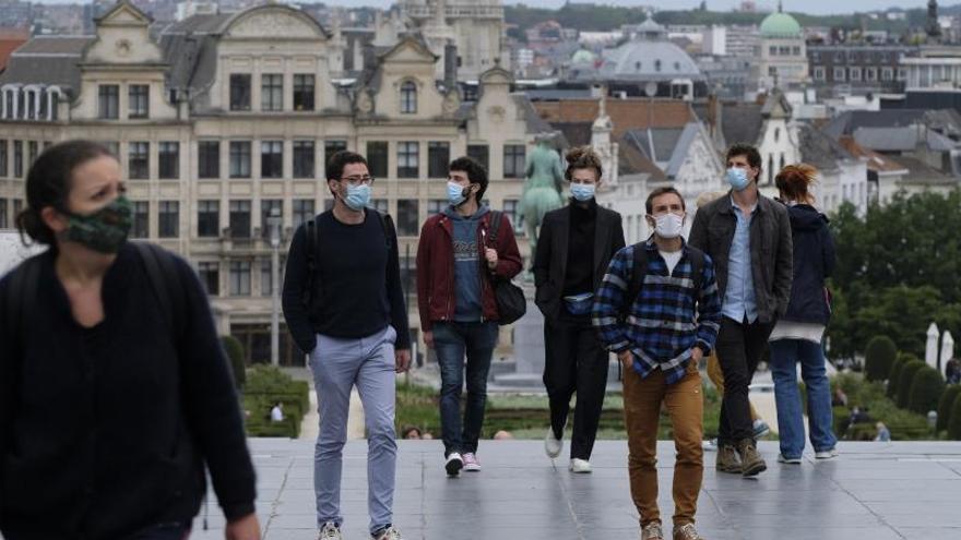 Bruselas cierra bares y cafés durante un mes ante ante la explosión de casos de COVID.