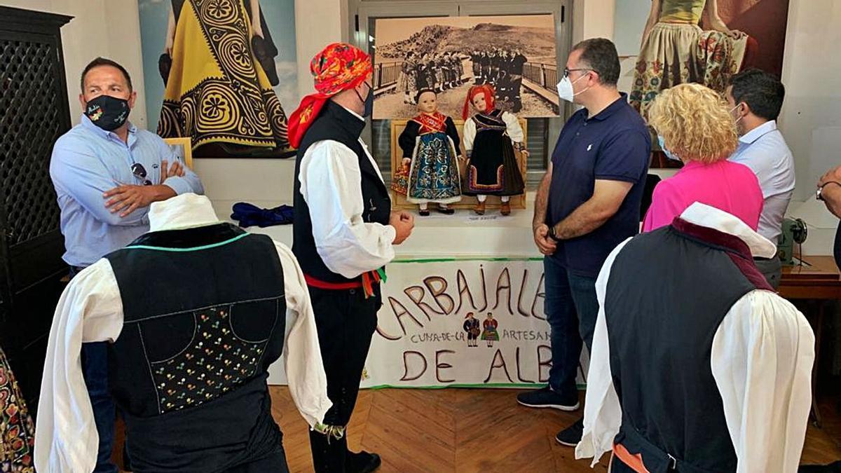 El alcalde y el diputado de Cultura durante una visita al Taller de Bordados de Carbajales de Alba. | Ch. S.