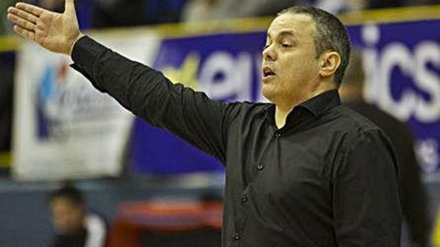 Fran García da instrucciones a sus jugadoras, ayer.