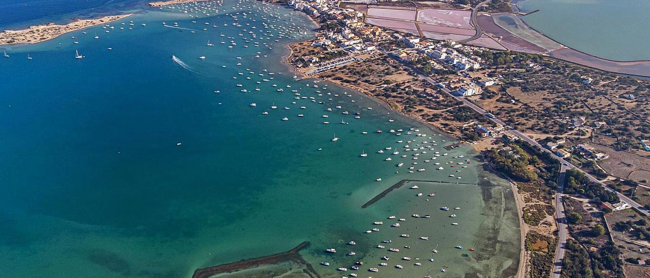 Vista de s'Estany des Peix tomada en la última semana del mes de agosto, en la que se aprecia la cantidad de barcos fondeados.   GERARDO FERRERO