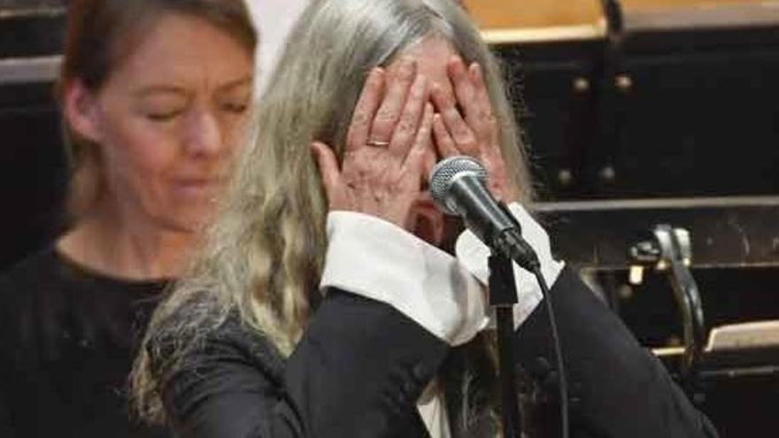 VÍDEO: Patti Smith es queda en blanc a l'interpretar una cançó de Dylan en els Nobel