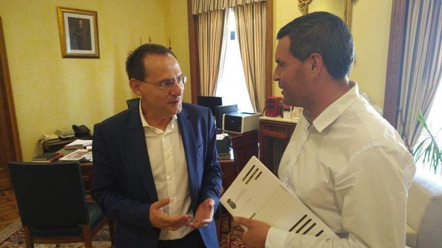 Reunión de Ángel Blanco con alcalde de Pedralba Francisco Guerra