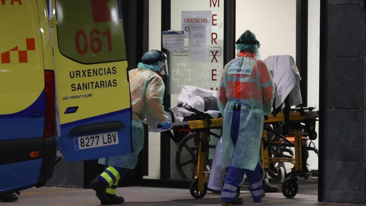Una ambulancia dejando a un paciente en Urgencias del Cunqueiro