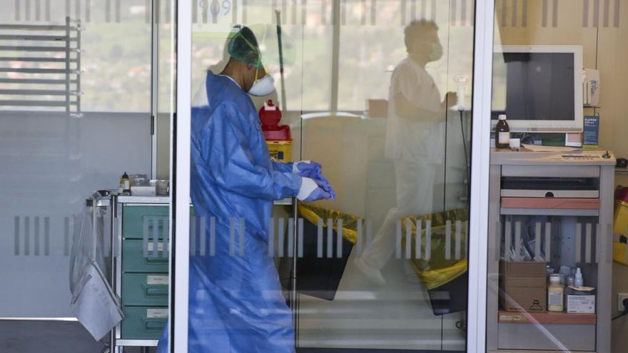El servicio de Oncología del HUCA, en alerta tras detectarse tres positivos por coronavirus entre el personal sanitario