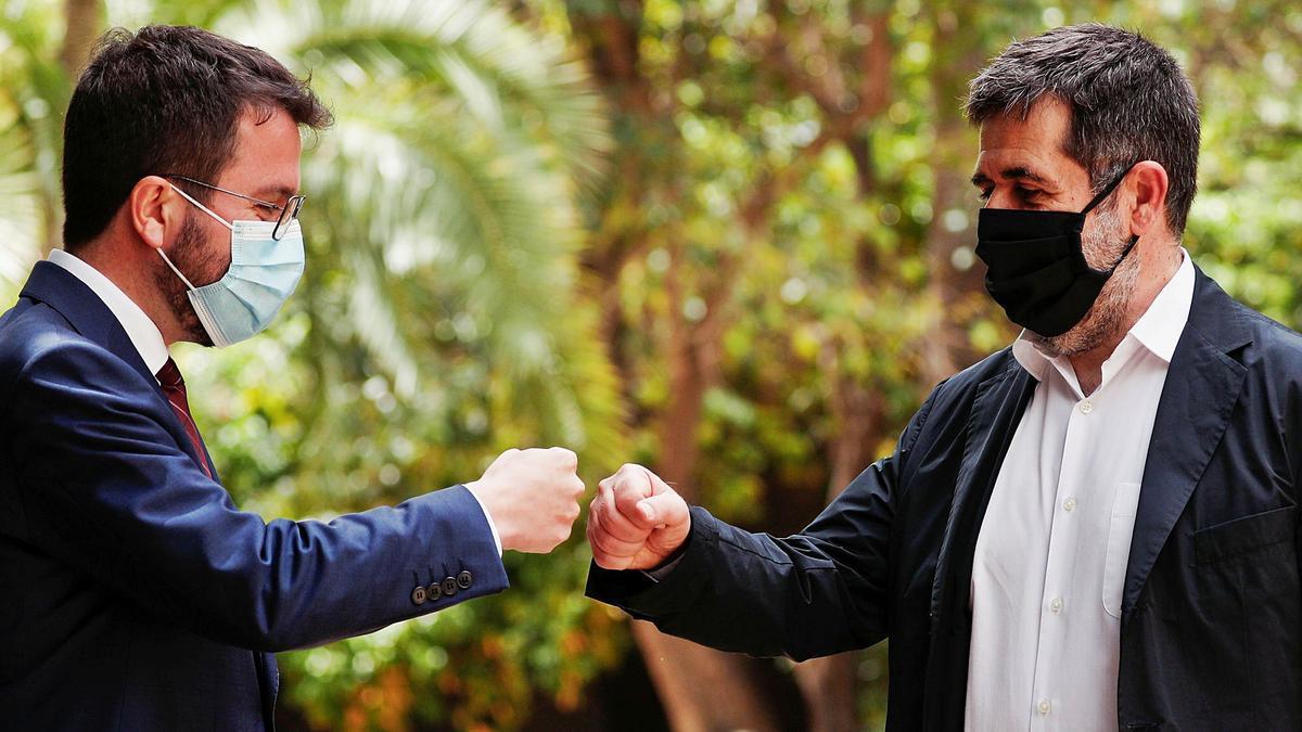 Pere Aragonès i Jordi Sànchez, ahir al migdia, als jardins del Palau Robert, en la formalització pública del pacte de Govern | ALBERT GEA/REUTERS